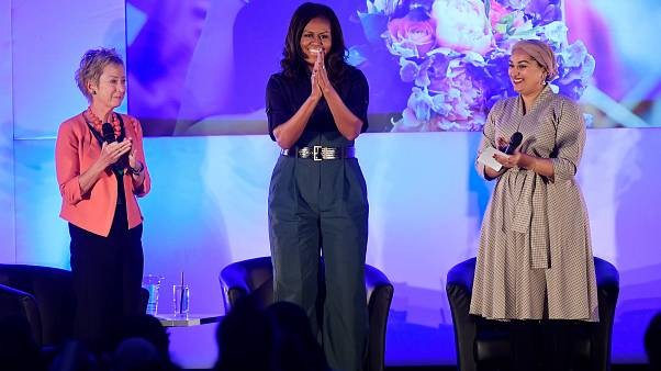 """ميشال أوباما """"تهزم"""" أنجلينا جولي وتفوز بلقب أكثر النساء شعبية في العالم"""