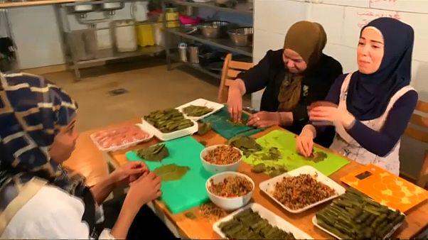 """شاهد: تحضير""""ورق العنب"""" يساعد اللاجئات السوريات والسودانيات على الاندماج في المجتمع المصري"""
