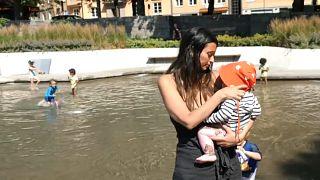 شاهد: كيف يبرد السكان أجسامهم بعد أن اجتاحت موجة الحرارة الشديدة  الدول الاسكندنافية