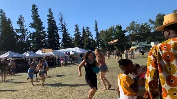 مشاركون في المهرجان يهربون بعد بدء إطلاق النار
