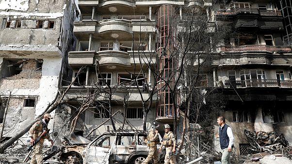 عناصر من الأمن الأفغاني يتفقدون موقع الهجوم في كابول يوم أمس الأحد