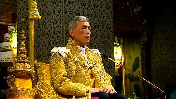 """شاهد: طقوس """"خاصة"""" في احتفال ملك تايلاند بعيد ميلاده الـ 67"""