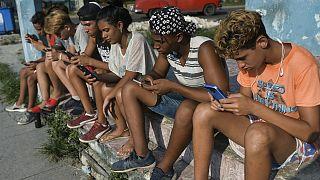 تعدادی از جوانان کوبایی که با گوشی همراه به اینترنت وصل شده اند