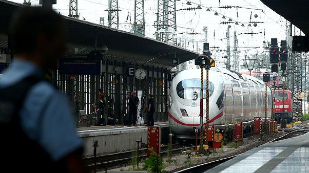 Mann stößt Kind vor Zug: Bestürzung nach Tod eines 8-Jährigen