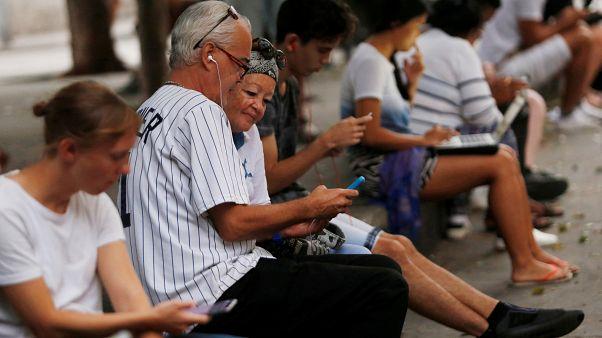 Los cubanos ya pueden acceder a Internet desde sus casas, pero ¿a qué precio?