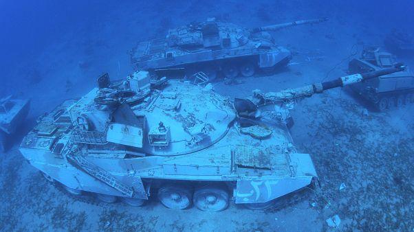 آليات عسكرية تحت الماء في البحر الأحمر