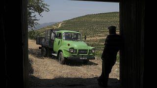 José Estável, com a sua carrinha Bedford em Ervedosa do Douro, Vila Real
