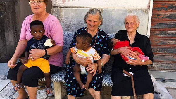 Nagymamák segítenek be az olaszországi menekülteknek