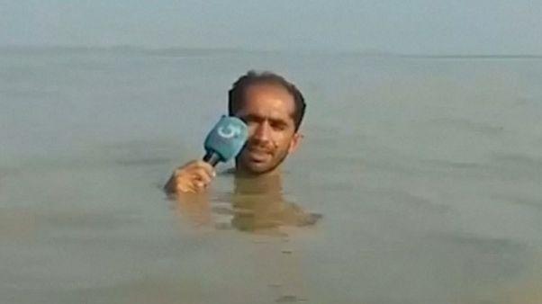 Pakistanlı gazetecinin boğazına kadar sel suyuna girdiği video sosyal medyada gündem oldu