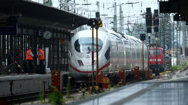Almanya'da bir kişi anne ile çocuğu yaklaşan trenin önüne itti, çocuk yaşamını yitirdi
