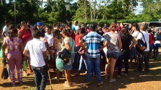 Familiari dei detenuti attendono notizie dei loro congiunti fuori dal carcere di Altamira