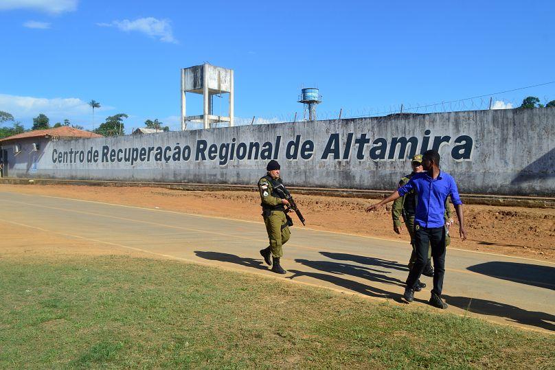 Scontro tra clan rivali nel carcere brasiliano: 52 morti