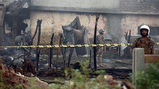Pakistan'da askeri uçak yerleşim alanına düştü: 17 ölü