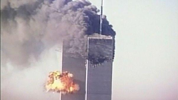 أحد برجيْ التجارة العالميين في مانهاتن خلال هجمات الحادي عشر من أيلول/سبتمبر 2001