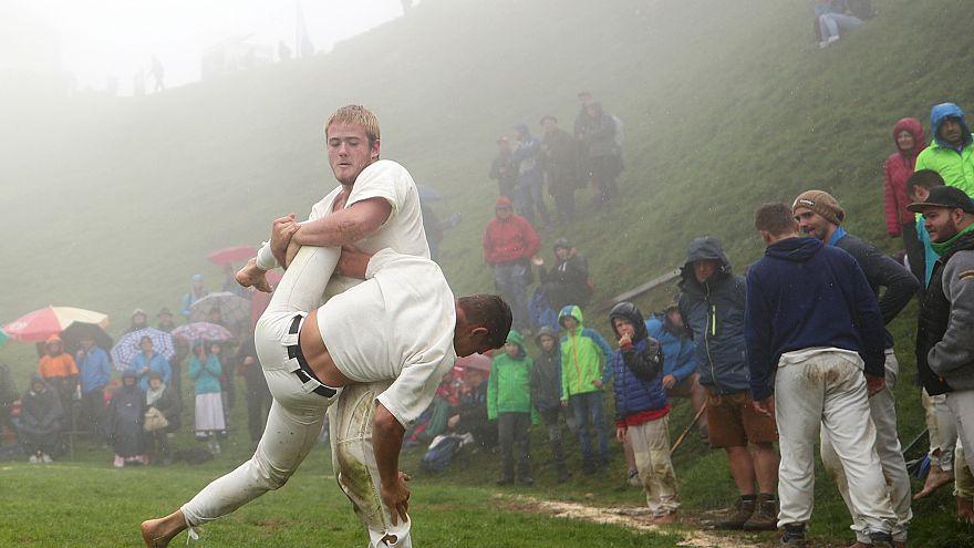 رجال يمارسون تقليد المصارعة (الكلتية) فوق قمة جبل هوندشتين في النمسا
