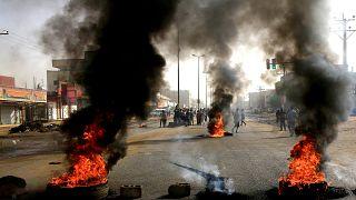 سوادنيون يحرقون إطارات في الخرطوم مطالبة بتنحي المجلس العسكري (أرشيف)