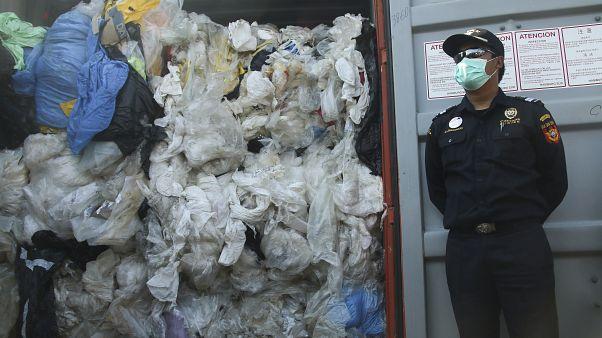 Η Ινδονησία επιστρέφει κοντέινερ με σκουπίδια στη Γαλλία και το Χονγκ Κονγκ