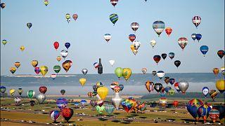 456 воздушных шаров в небе над городом