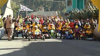 Bolivya'da yüzlerce çocuk aileleri ile birlikte tornet arabası yarışına katıldı