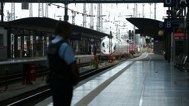 رجل شرطة يؤمن محطة القطار الرئيسية في فرانكفورت، ألمانيا، 29 يوليو 2019
