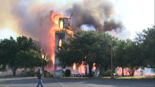 شاهد: حريق يدمر كنيسة تكساس التاريخية