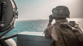 جندي من البحرية الأمريكية على متن سفينة تابعة للبحرية في مضيق هرمز