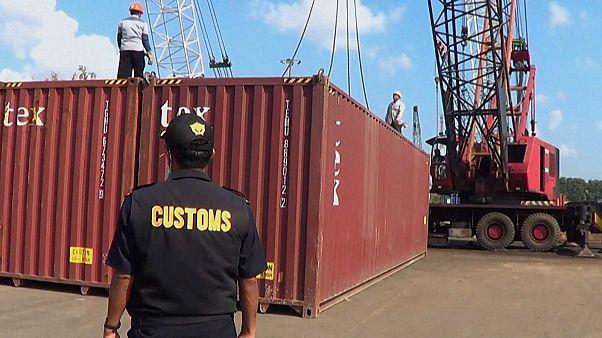 Un officier des douanes indonésiennes inspecte un conteneur avant qu'il ne soit renvoyé vers la France, le 30 juillet 2019