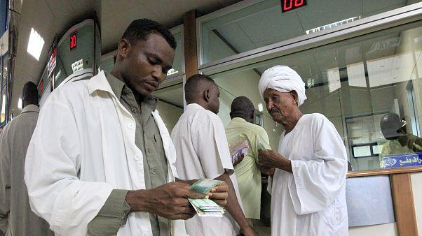 عملاء بفرع للبنك المركزي السوداني