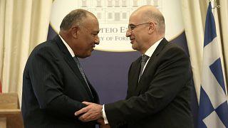 Ο υπουργός Εξωτερικών Νίκος Δένδιας χαιρετάει τον Αιγύπτιο ομόλογό του Sameh Shoukry