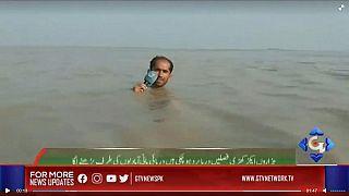 Con el agua hasta el cuello, un reportero en Pakistán hace un directo en medio de inundaciones