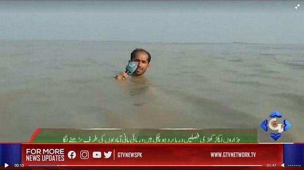 خبرنگار پاکستانی هنگام گزارش زنده تلویزیونی تا گردن زیر آب رفت