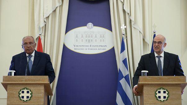 وزير الخارجية اليوناني نيكوس ديندياس خلال مؤتمر صحفي مع نظيره المصري سامح شكري في أثينا