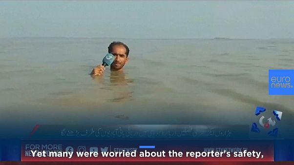 شاهد: تقرير صحفي من تحت مياه الفيضانات في باكستان