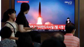 Güney Kore'de insanlar Kuzey Kore'nin füze denemesine ilişkin haberi izliyor