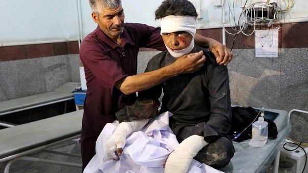 عشرات القتلى من المدنيين بينهم أطفال في انفجار قنبلة على جانب طريق غرب أفغانستان