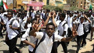 مظاهرة لطلاب مدارس بالعاصمة السودانية الخرطوم تنديدا بمقتل أربعة تلاميذ برصاص العسكر في احتجاجت سلمية. 30/تموز/2019
