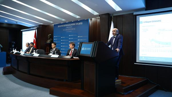 """Türkiye Cumhuriyet Merkez Bankası Başkanı Murat Uysal, """"Enflasyon Raporu 2019-III Bilgilendirme Toplantısı""""nda sunum yaptı.   ( Volkan Furuncu - Anadolu Ajansı )"""