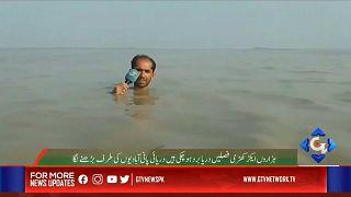 Monsoni in Pakistan, la telecronaca del reporter con l'acqua alla gola