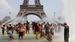 Bañándose frente a la torre Eiffel