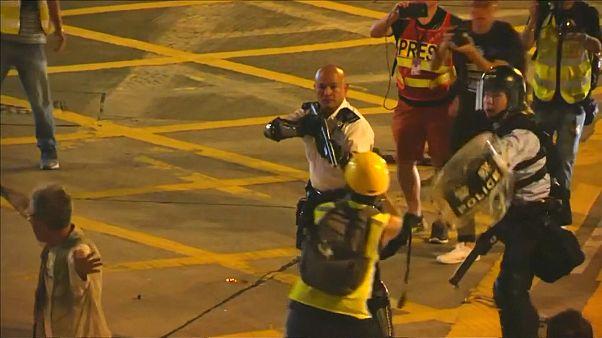 شاهد: أحد ضباط شرطة هونغ كونغ يشهر سلاحه بشكل مباشر على المحتجين