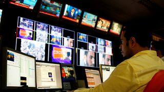 Pakistan'daki kanal kapatmalar 'muhalif sesler susturuluyor' eleştirilerini alevlendirdi