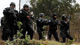 Guatemala'da Pavon Cezaevi'nin önünde bekleyen güvenlik güçleri