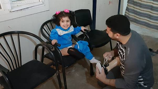 غزال هلال المعالج في مركز الخطوات السعيدة بشمال سوريا والطفلة ماريا شعبان