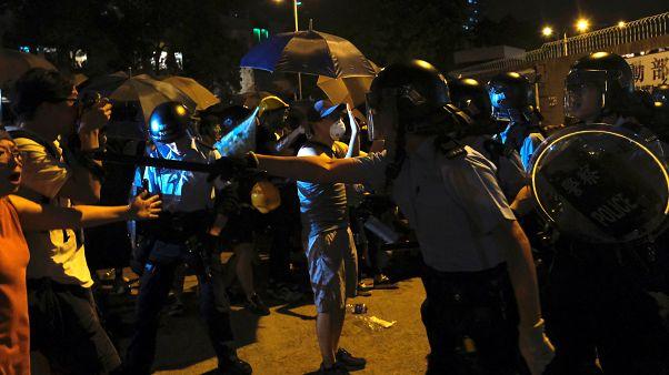 ضباط الشرطة يتصدون للمتظاهرين في هونغ كونغ ، الصين ، 30 يوليو 2019