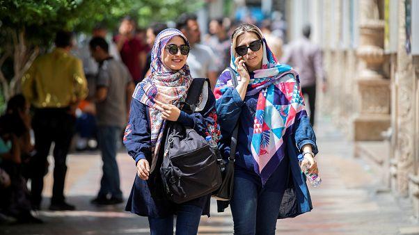 İranlı kadınlar 10 yıl hapis cezasına başlarını açarak meydan okuyor