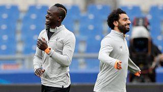 لاعب ليفربول محمد صلاح (الى اليمين) وزميله في الفريق ساديو ماني خلال مران في روما