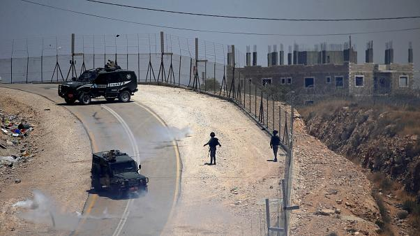 مقتل فلسطيني وإصابة ثلاثة جنود إسرائيليين قرب السياج الأمني على حدود غزة