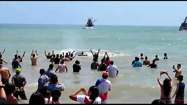 Wal zurück ins Meer bugsiert