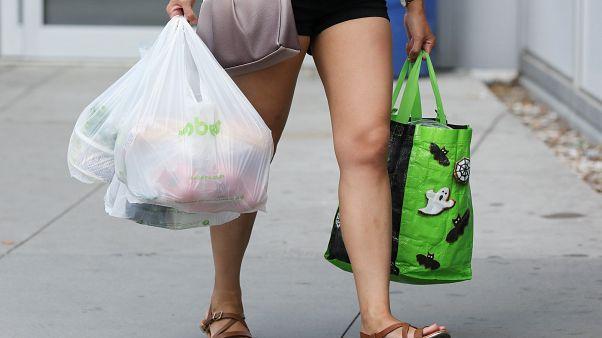Egy év alatt harmadával csökkent az angliai szupermarketekben eladott nejlonzacskók száma