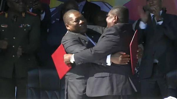 Felipe Nyusi (Frelimo) e Ossufo Momade (Renamo) após a assinatura do acordo